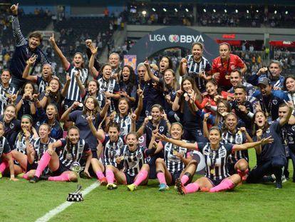 Las futbolistas de Rayadas, tras ganar la Liga.