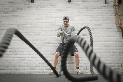 Maverick Viñales, piloto del Movistar Yamaha, se entrena en el gimnasio de su casa.