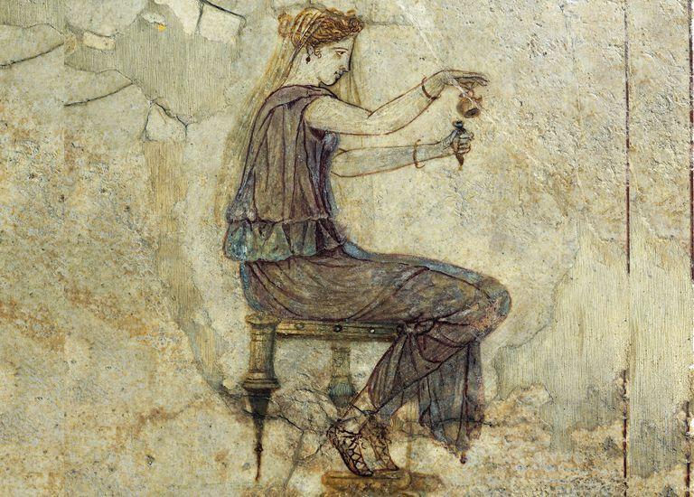 Fresco del siglo I A. C. de una mujer manipulando perfume en Pompeya.