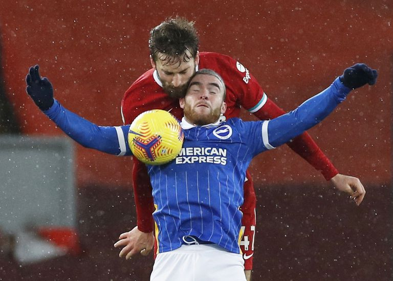 Aaron Connolly tries to protect the ball against Nathaniel Phillips this Wednesday at Anfield.