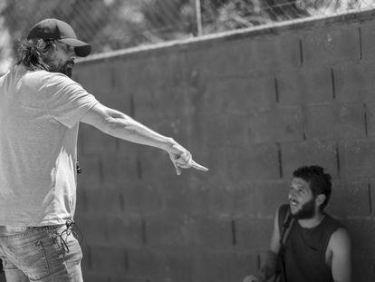 Isaki Lacuesta, con Israel Gómez Romero en el rodaje de 'Entre dos aguas'.