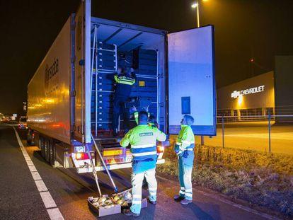El camión que llevaba nueve migrantes, inspeccionado en Holanda este jueves.