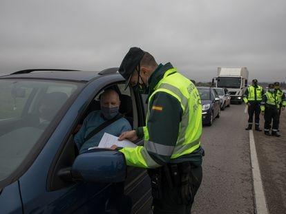 Agentes de Guardia Civil realizan un control en la carretera A-4, en Madrid, en diciembre de 2020.