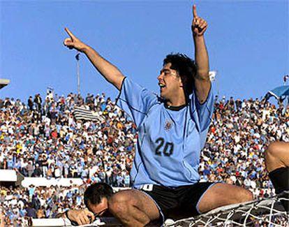 Recoba celebra subido al larguero la clasificación de Uruguay para el Mundial.