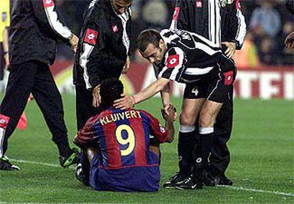 Kluivert, en el suelo, consolado por Montero.