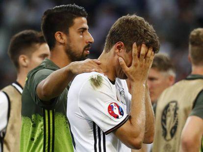 Khedira consuela a Müller, tras caer Alemania en la semifinal contra Francia.