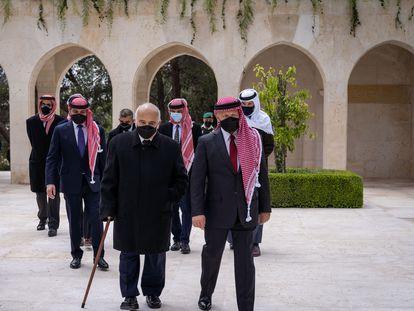 En primera fila, a la derecha, el rey Abdalá II, por delante de Hamzah, en el centro en la segunda fila, este domingo en un acto en Amán.