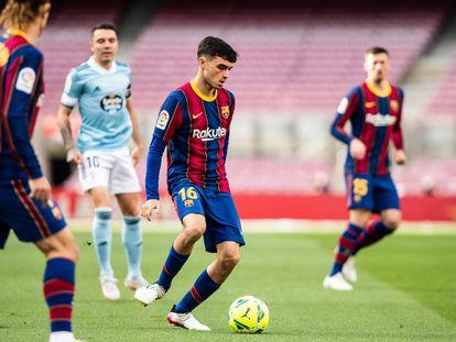 Pedri, en el centro de la imagen, conduce el balón en el partido contra el Celta.
