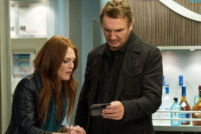 Julianne Moore y Liam Neeson, en la película 'Non-Stop' de Jaume Collet-Serra.