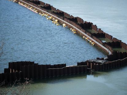 Los diques que limitan la parte contaminada del pantano de Flix