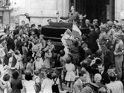 El general De Gaulle, presidente del Comité Francés de Liberación Nacional, da un discurso desde Chartres el 23 de agosto de 1944.