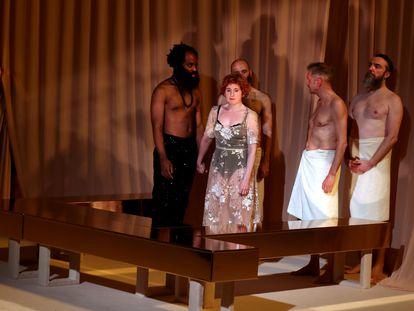En primer plano, los actores Chumo Mata y Mari Paz Sayago, en un ensayo de 'Othello', dirigido por Marta Pazos.