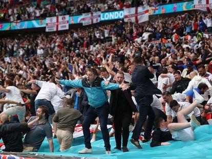 Aficionados ingleses celebran el primer gol de Inglaterra a Alemania en Wembley.