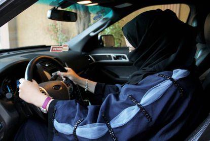 Una mujer se sienta al volante de un vehículo en Riyadh (Arabia Saudí).