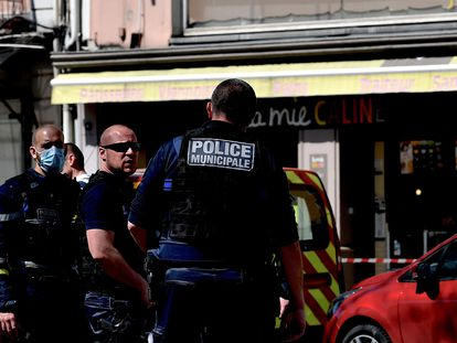 Agentes de la policía francesa inspeccionan en lugar del ataque, en Romans-sur-Isère.