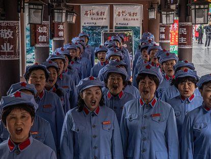 La banda de música de la señora Guo en Zunyi (China), vestida con el uniforme del Ejército Rojo, entona una canción revolucionaria.