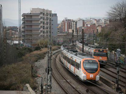 Un tren de Renfe cruza por Hospitalet en la estación de la Torrassa.