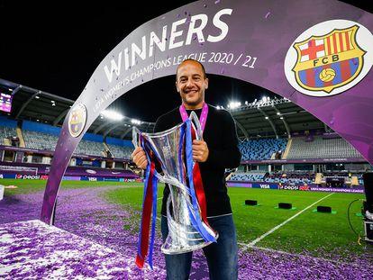 Lluís Cortés posa con el trofeo de campeonas de Europa, en una imagen del FC Barcelona.
