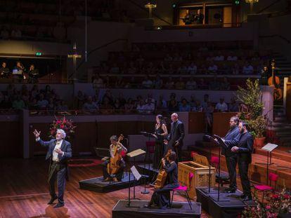 Marco Mencoboni dirige las 'Vísperas' de Diego Ortiz a los miembros de Cantar Lontano, repartidos por distintos espacios del TivoliVredenburg de Utrecht.