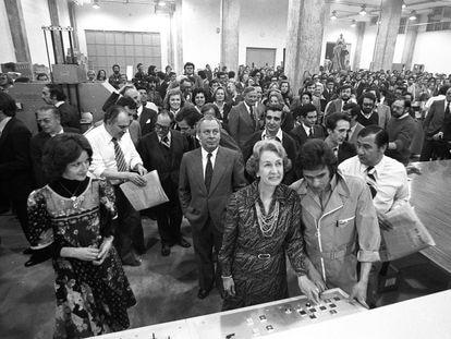 Salida de talleres del primer número de EL PAÍS, el 4 de mayo de 1976. En primera fila, Simone Ortega, esposa del fundador del diario José Ortega Spottorno, aprieta el botón de lanzamiento de la rotativa. En segunda fila, mirando hacia arriba, Jesús Polanco.
