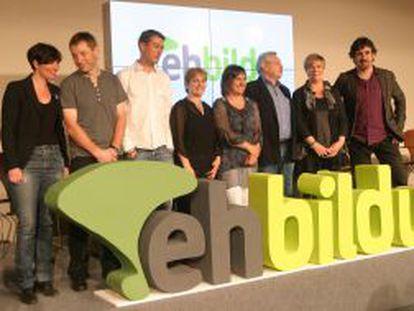 De izquierda a derecha, Amaia Agirresarobe, Rufi Etxeberria, Oskar Matute, Rebeka Ubera, Maribi Ugarteburu, Patxi Zabaleta, Ikerne Badiola y Pelo Urizar, esta mañana en la presentación de EHBildu.