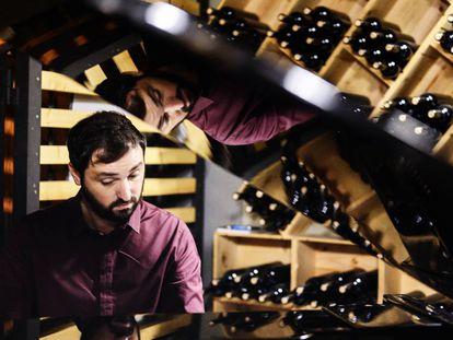 Lluís Capdevila al piano en la bodega de la cooperativa vinícola de Falset Marçà.