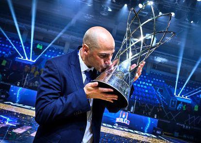Peñarroya besa el trofeo de la Champions logrado el domingo. / fiba