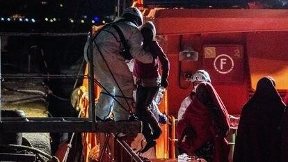Desembarco en el muelle de Arguineguín de 44 personas rescatadas de una patera a 100 millas de Gran Canaria.