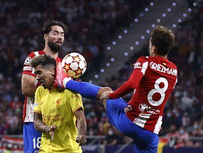 Griezmann comete la falta sobre Firmino que supuso su expulsión con roja directa.