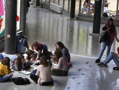 Un grupo de estudiantes en la Universidad Autónoma de Barcelona.