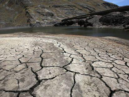 Efectos de la sequía en la represa de Hampaturi en La Paz (Bolivia), lo que ha provocado racionamientos de agua para alrededor de 340.000 bolivianos.