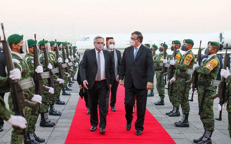 El presidente de Argentina, Alberto Fernández, es recibido en Ciudad de México por el canciller, Marcelo Ebrard, este lunes 22 de febrero.