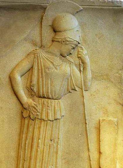 <i>Atenea pensativa,</i> estela de la muralla de la Acrópolis de Atenas (770 antes de Cristo) expuesta en el museo de estas ruinas.