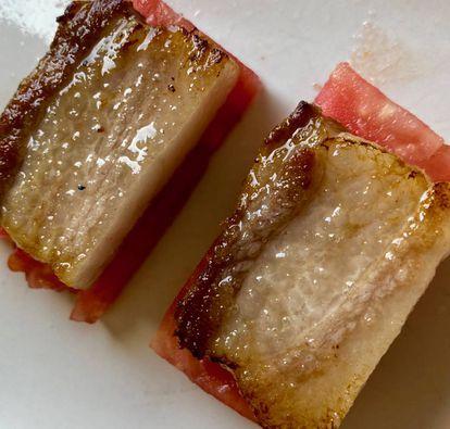 Panceta de pío negro con tomate crudo, una combinación excelente. J. C. CAPEL