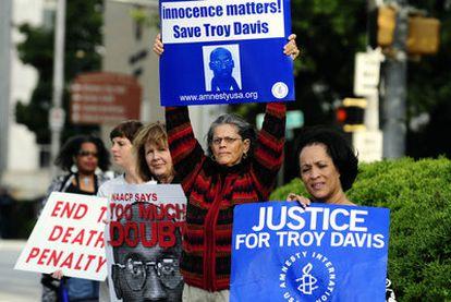 Activistas reclaman el perdón para Troy Davis.