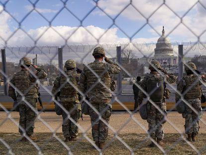 Miembros de la Guardia Nacional realizan el saludo militar, este miércoles, frente al Capitolio.