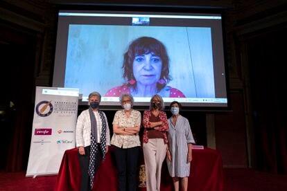Desde la izquierda, Fátima Anllo, las periodistas Soledad Gallego-Díaz, Gabriela Cañas y María Jesús Chao, este martes en el Ateneo de Madrid. En la pantalla, la escritora Rosa Montero.