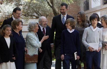 El día de la entrega del Premio Cervantes al escritor José Manuel Caballero Bonald (quinto por la izquierda), con asistencia de los príncipes Felipe y Letizia; la esposa de Caballero, Pepa Ramis; el presidente del Gobierno en 2013, Mariano Rajoy, y los nietos del premiado, en la Universidad de Alcalá de Henares (Madrid).