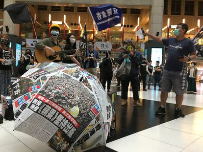 Manifestantes en Hong Kong protestan en una estación de tren contra la ley que pretende imponer el Gobierno chino.