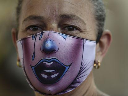 Una mujer lleva una mascarilla con lágrimas bajando por las mejillas