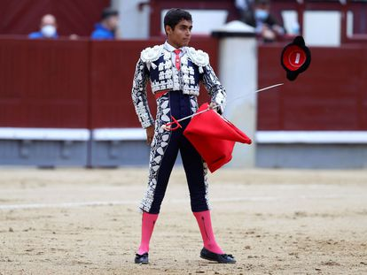Alejandro Adame brinda al público el primero de sus novillos.