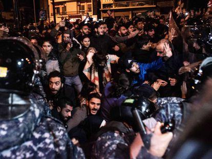 El Ejército libanés desaloja por la fuerza a los manifestantes que bloquearon la carretera de circunvalación de Beirut en la madrugada del miércoles.