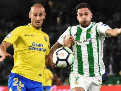 Sergio León pelea el balón con Gálvez.