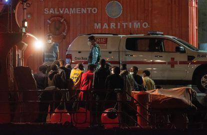 Rescate de una patera a unos 34 kilómetros al sur de Morro Jable, Fuerteventura, con 64 personas a bordo.