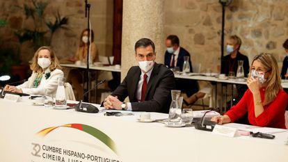 """TRUJILLO (CÁCERES), 28/10/2021.- El presidente del Gobierno, Pedro Sánchez (c), junto a la vicepresidenta segunda y ministra de Trabajo, Yolanda Díaz (d), y la vicepresidenta, Nadia Calviño (i), durante la celebración de la XXXII Cumbre Hispano-Portuguesa en la localidad cacereña de Trujillo, una reunión que se desarrolla bajo el lema """"Por una movilidad sostenible"""" y en la que se firmarán un total de nueve acuerdos, el más relevante el que actualizará el Tratado de Amistad que suscribieron en 1977 los entonces presidentes de Gobierno de ambos países, Adolfo Suárez y Mario Soares. EFE/Chema Moya"""