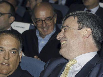 Miguel Cardenal, en primer término, junto a Javier Tebas y Jaume Roures, al fondo, en 2014.