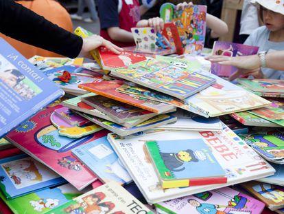 Cómo ahorrar reciclando libros de texto