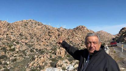 """López Obrador, frente a un parque eólico en Baja California en marzo. """"Nunca más permisos para afectar el medio ambiente"""", dijo sobre las turbinas."""