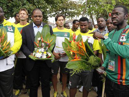 Kalusha Bwalya (2i), presidente de la Federación de Fútbol de Zambia, en 2012 en un homenaje por el accidente aéreo mortal de la selección de fútbol del país en 1993.