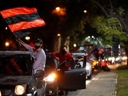 Aficionados de Newell´s salen a la calle para pedir el regreso de Messi.